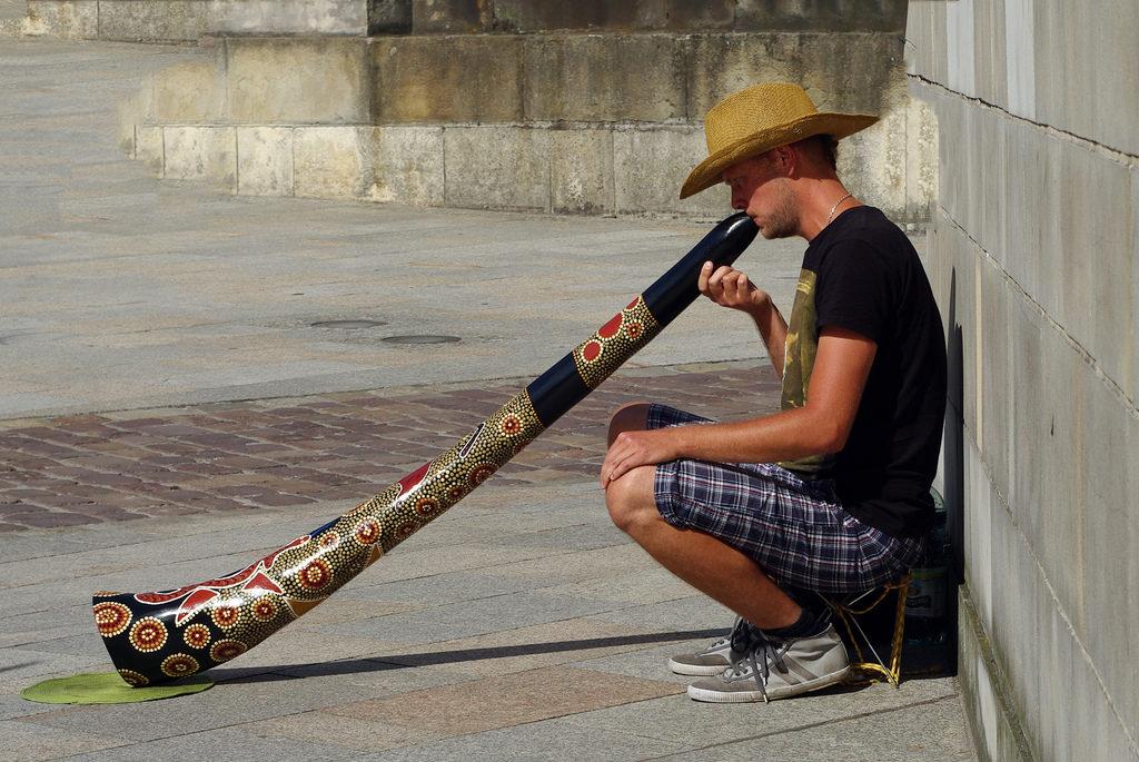9a137514db1d52418cf0bcb9941d1b8a-1024x685 Dica do 5º Ano - Você já ouviu falar no didgeridoo, instrumento de sopro australiano?